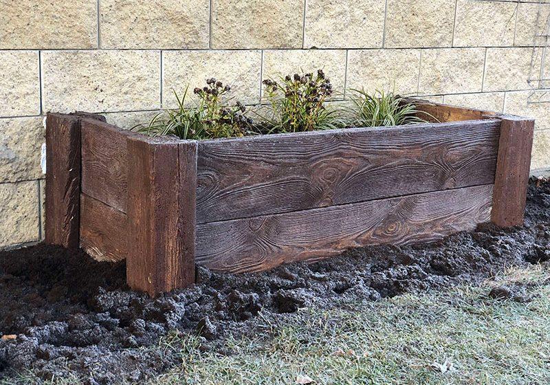 Elementy z betonu imitującego drewno w ogrodach